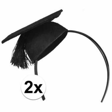 2x mini afstudeer hoedjes op diadeem