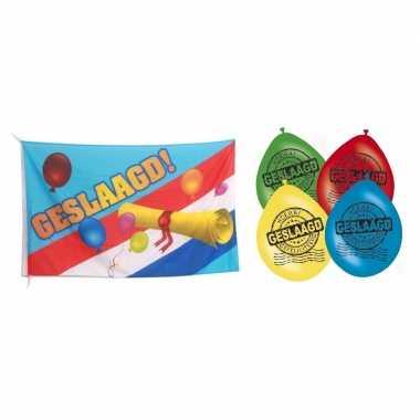 Vlag geslaagd/afgestudeerd met diploma + 8x geslaagd thema versiering ballonnen 30 cm pakket